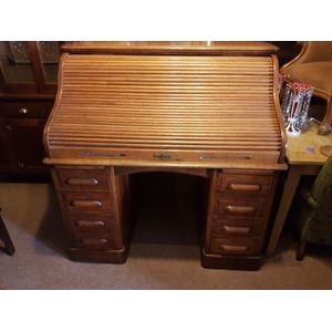English oak rolltop desk ,eight drawers top slides for extra bench space . Rolltop goes up and down with ease ,panelled sides...